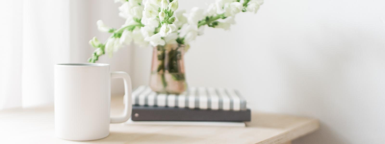 mug e vaso coi fiori