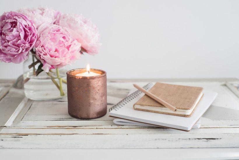 scrivania con quaderno e candela